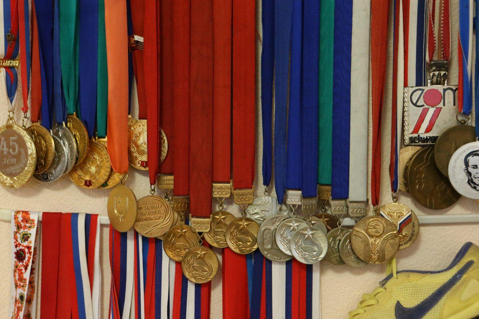 В доме спортсменки висят медали всей семьи. Фото: Виктор Хабаров