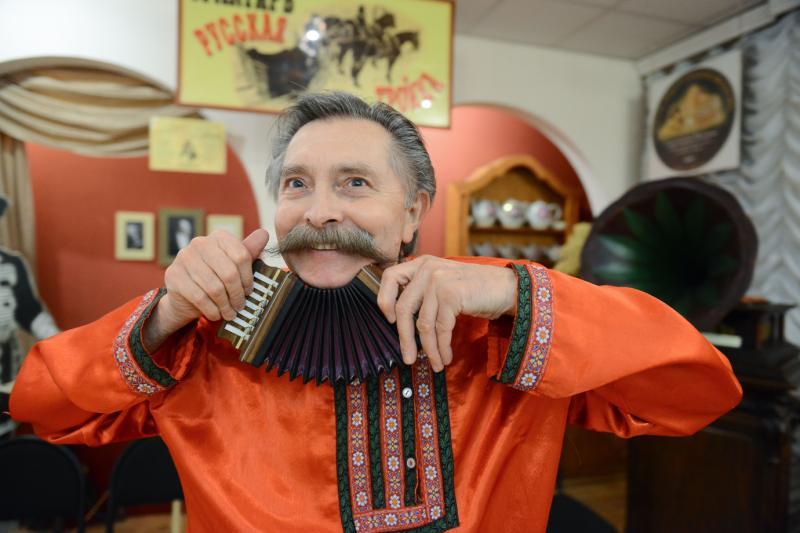 Жители Первомайского споют под аккомпанемент гармони