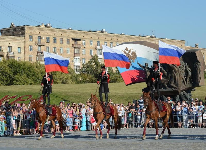 Столицу украсили плакатами в преддверии празднования Дня России