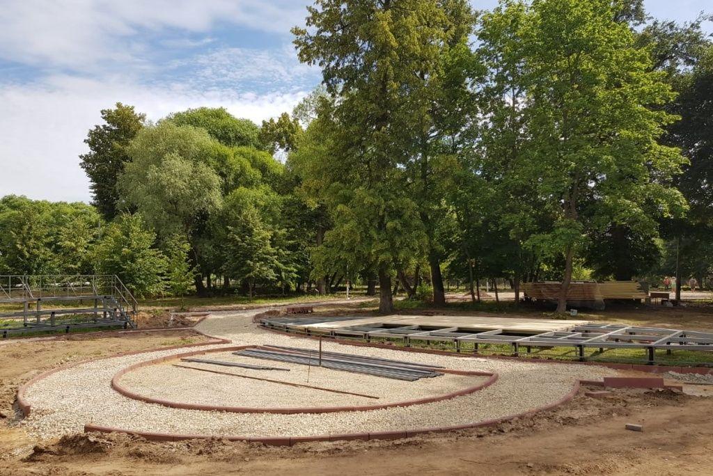 Обустройство сцены начали в парке «Кленово». Фото предоставили сотрудники администрации поселения Кленовское