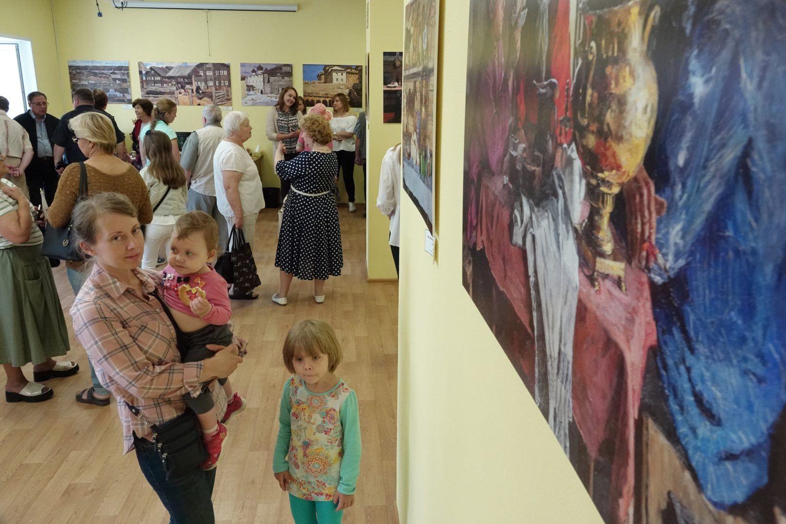 2 июля 2019 года. Кокошкино. В поселении организовали выставку работ художника Владимира Стожарова. Фото: Виктор Хабаров