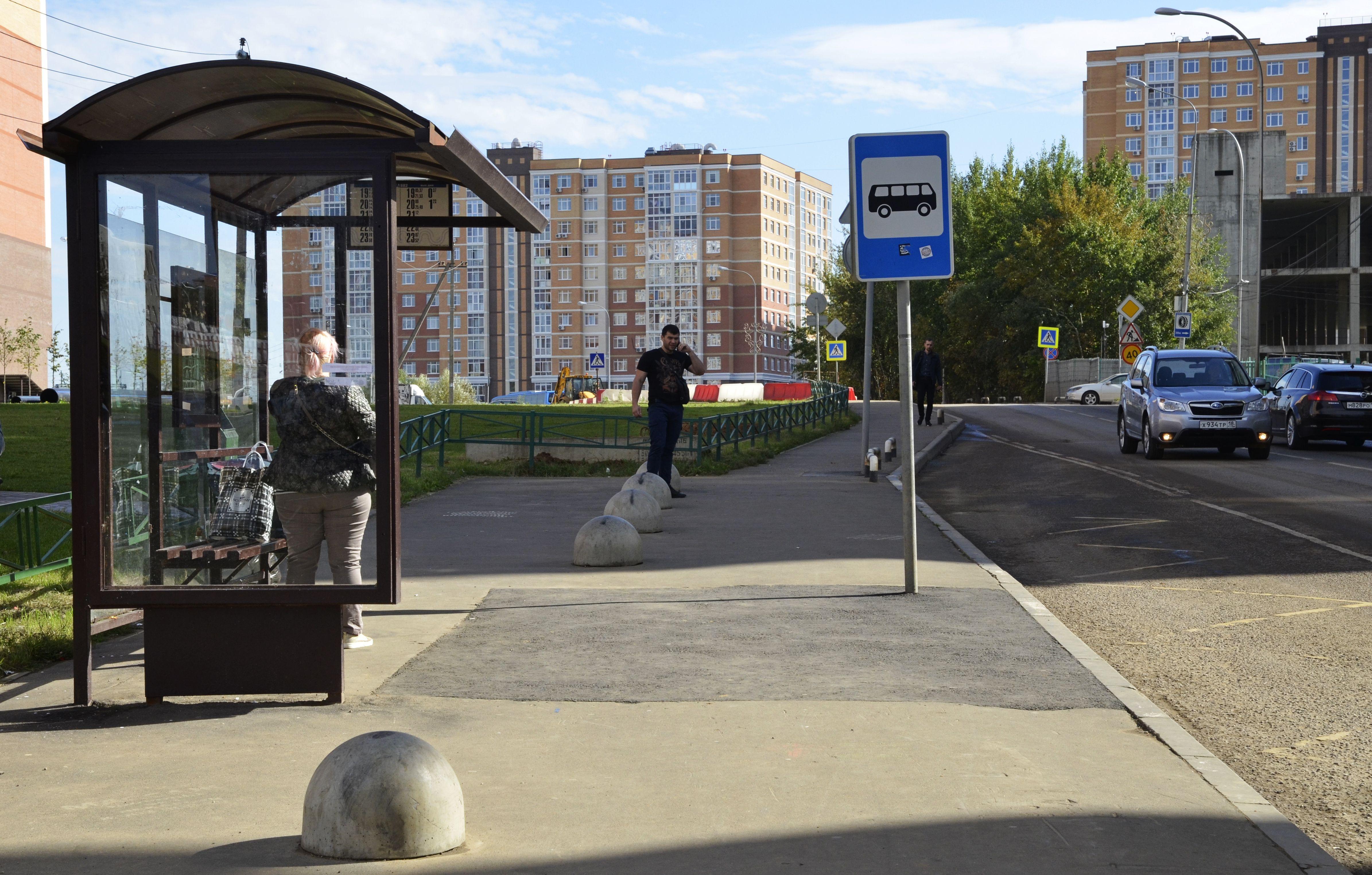 Парковку рядом с автобусной остановкой обновят в Шишкином Лесу