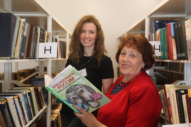 Анна и Наталья Сподаревы (слева направо) работают вместе в библиотеке №262. Фото: Владимир Смоляков