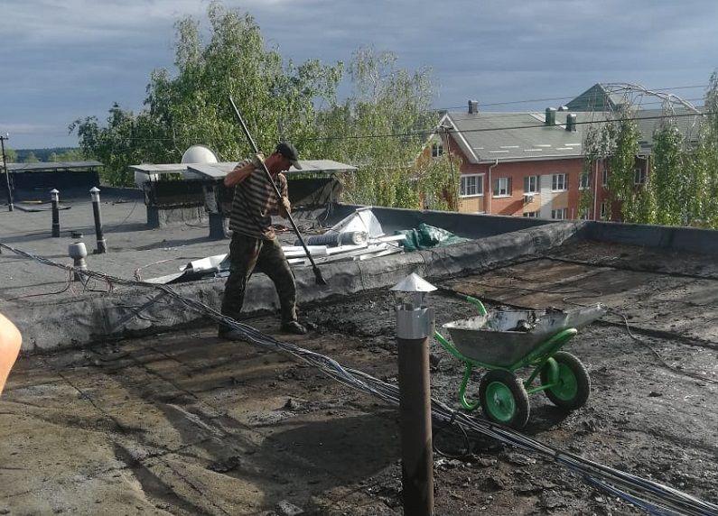 Кровлю в многоквартирном жилом доме отремонтируют в Кленовском. Фото предоставили сотрудники администрации поселения Кленовское