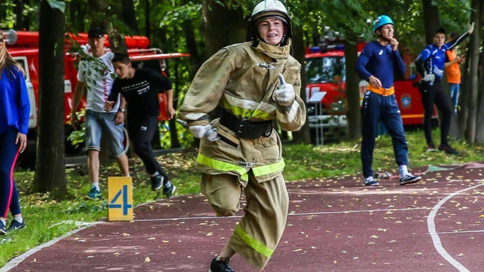 Сквозь огонь и воду идут участники соревнований «Школа безопасности»