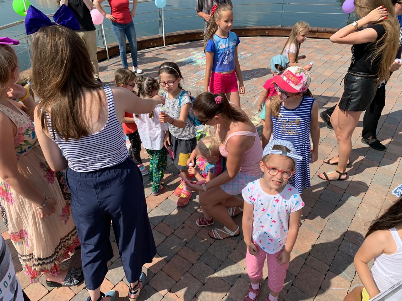 А мы тут, знаете, все плюшками балуемся: в парке «Пыхтино» прошел детский праздник. Фото: Мария Карташова