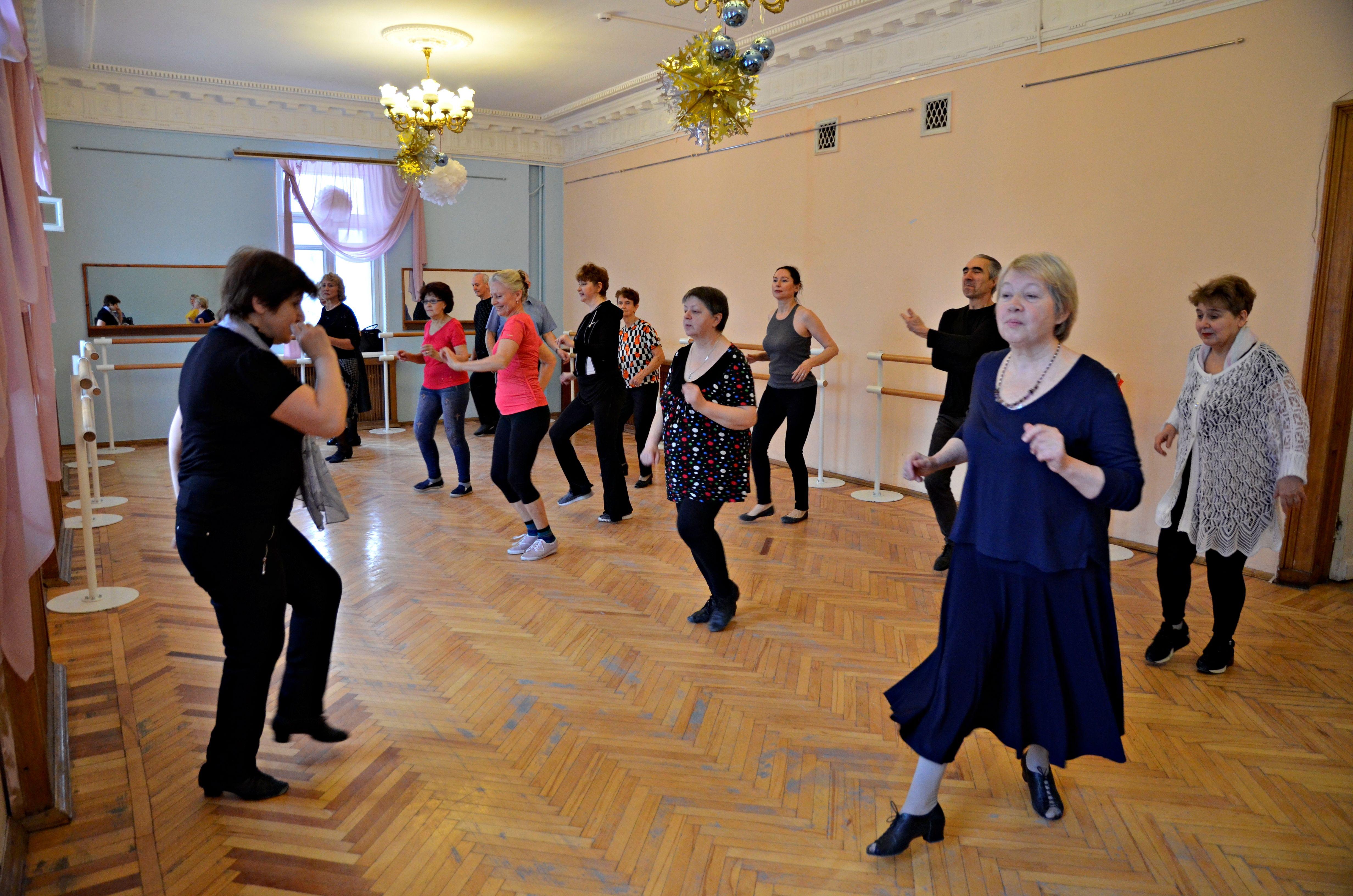 Горожане танцуют под зажигательные латиноамериканские мотивы