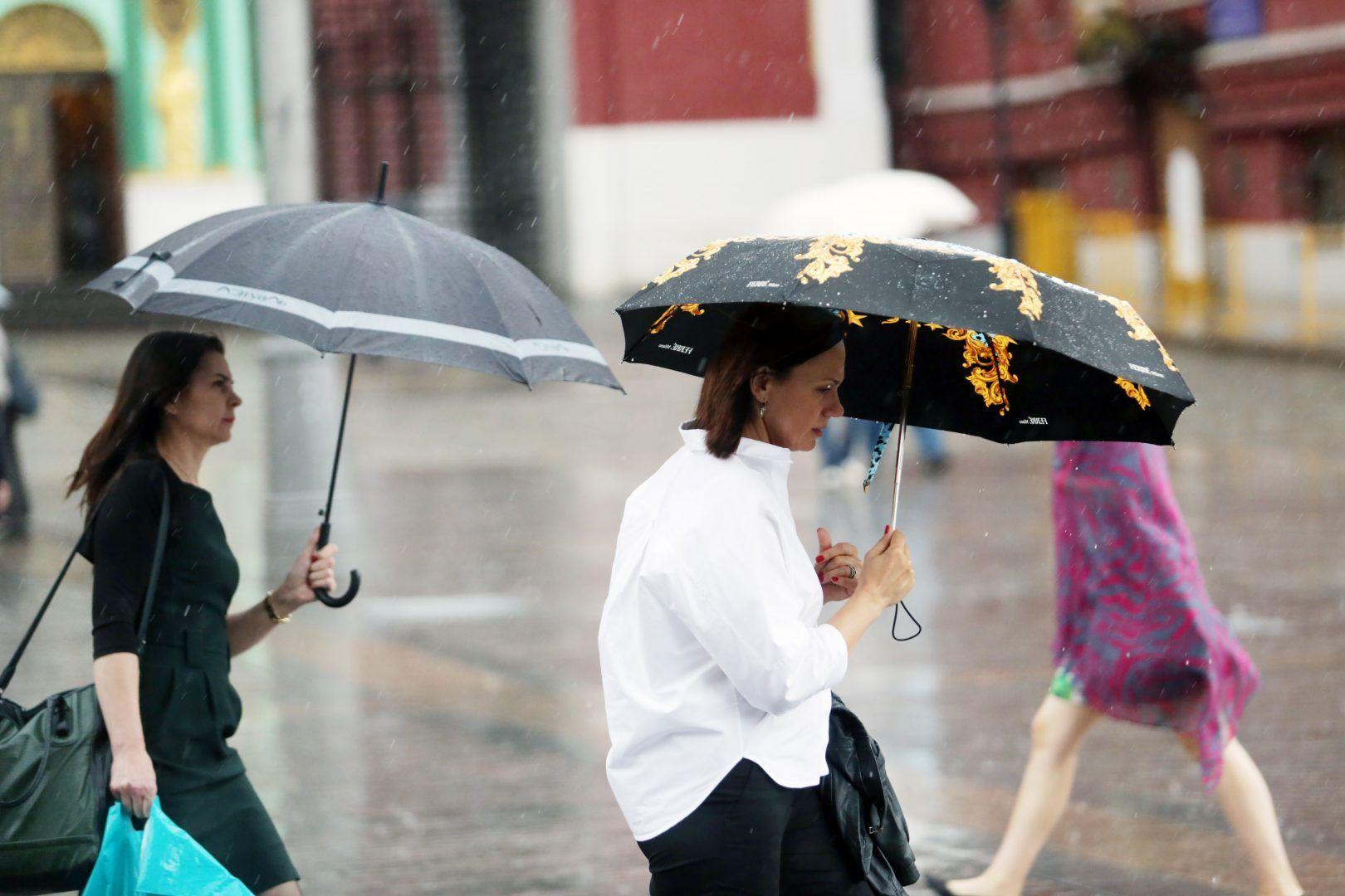 Не стоит забывать про зонт. Фото: Анна Иванцова, «Вечерняя Москва»