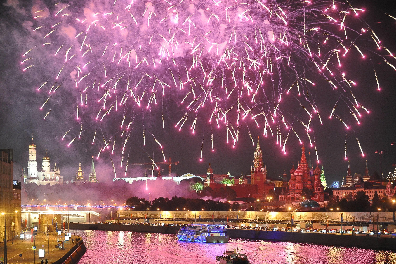 Фейерверки в честь Дня города прогремят в 16 парках Москвы