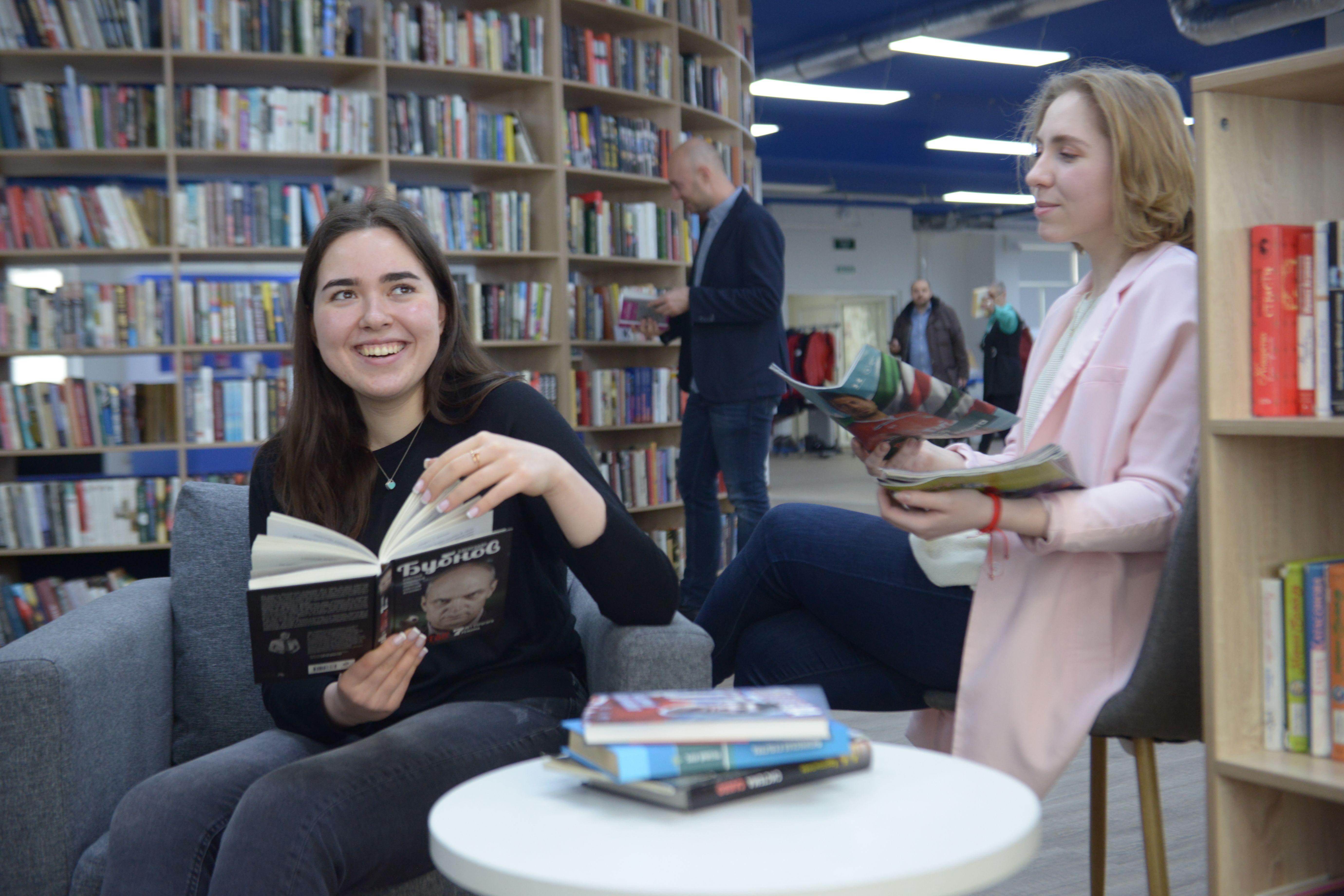 Часы работы библиотеки: с 11:00 до 19:00. Фото: Наталья Феоктистова, «Вечерняя Москва»