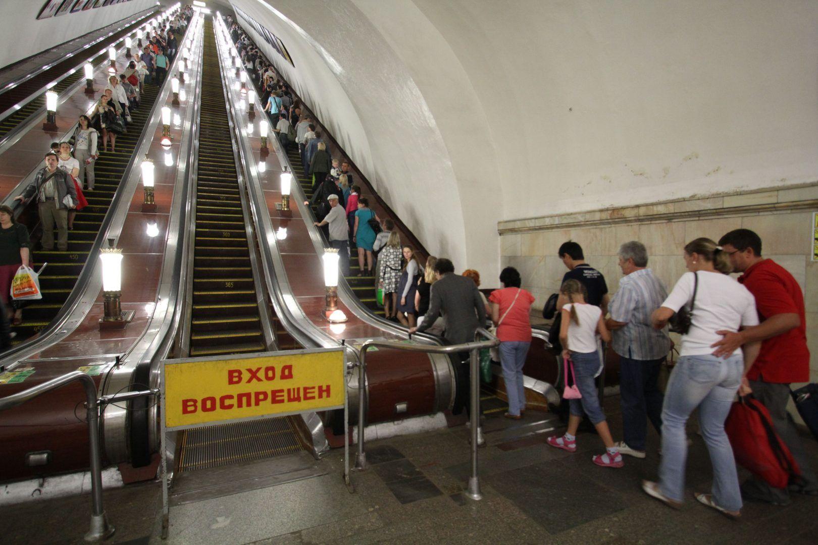 На эскалаторах следует быть осторожнее. Фото: Антон Гердо