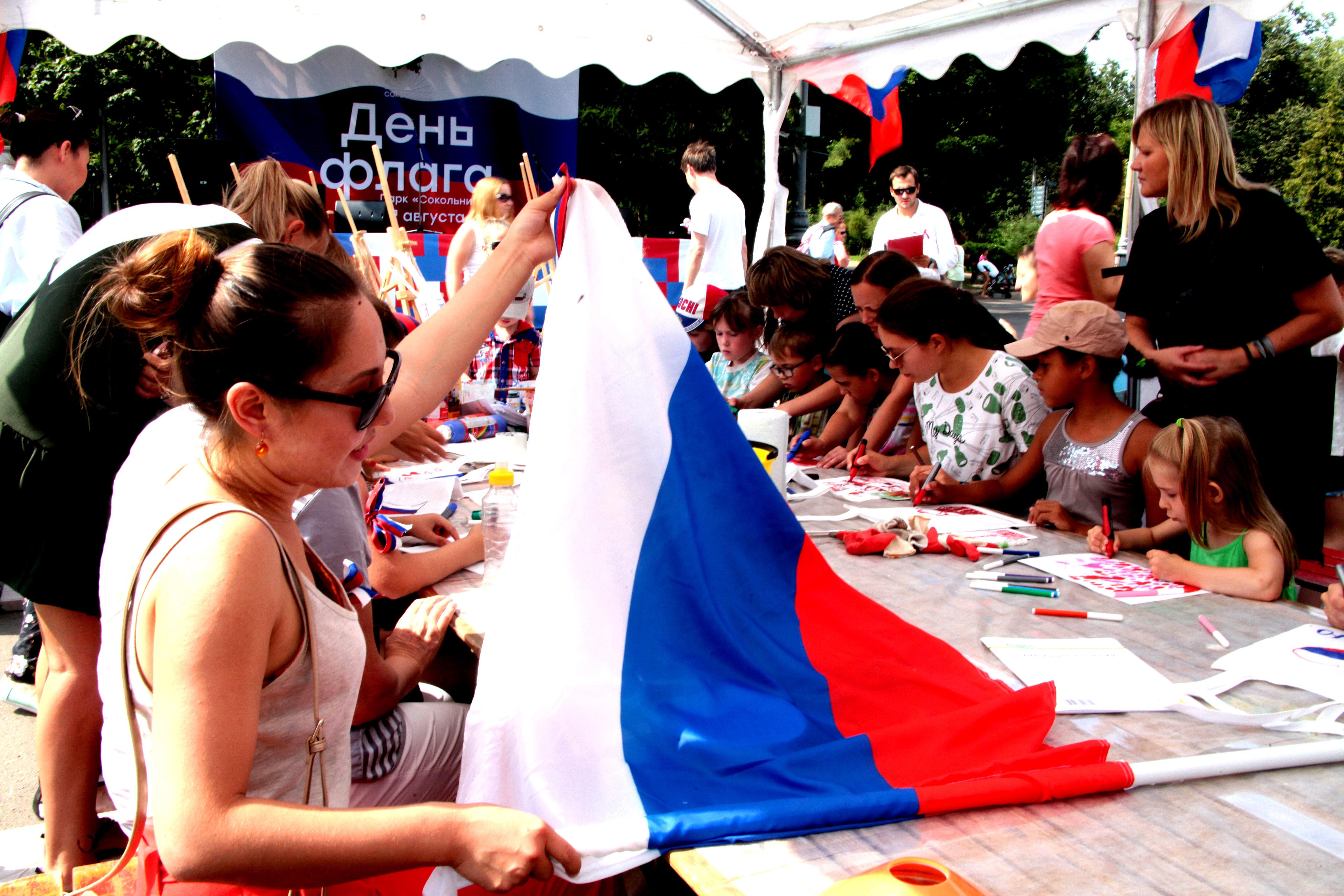 Гулянья по случаю Дня флага проходят на 33 городских площадках