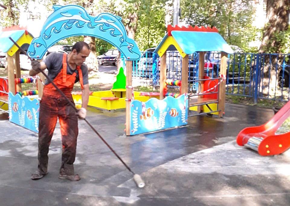 Резиновое покрытие сделали на детской площадке в Рязановском