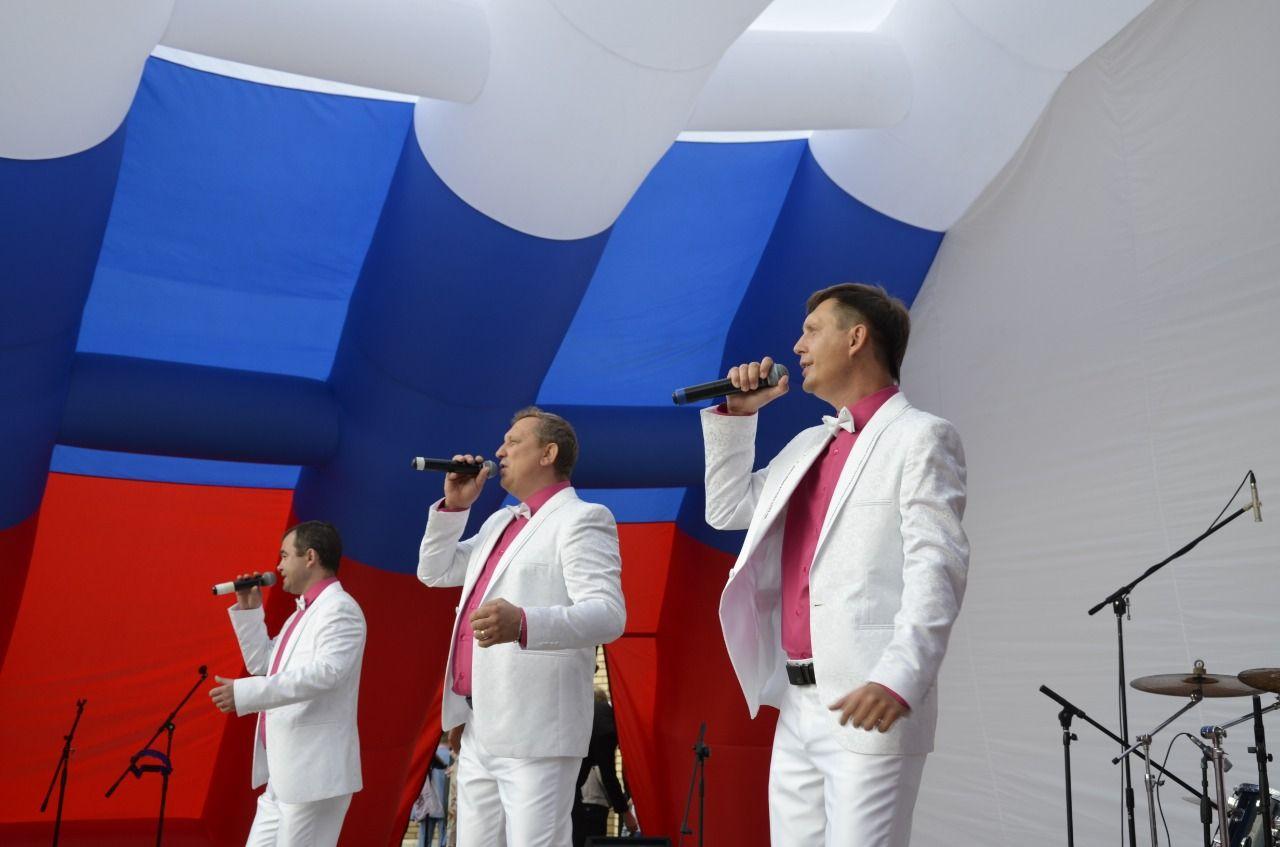 Трио из Московского исполнило песни на праздничных площадках столицы