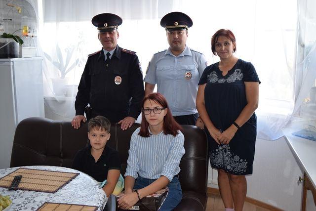 В преддверии начала нового учебного года полицейские УВД по ТиНАО вместе с представителями общественности оказали помощь семьям, находящимся в трудной жизненной ситуации