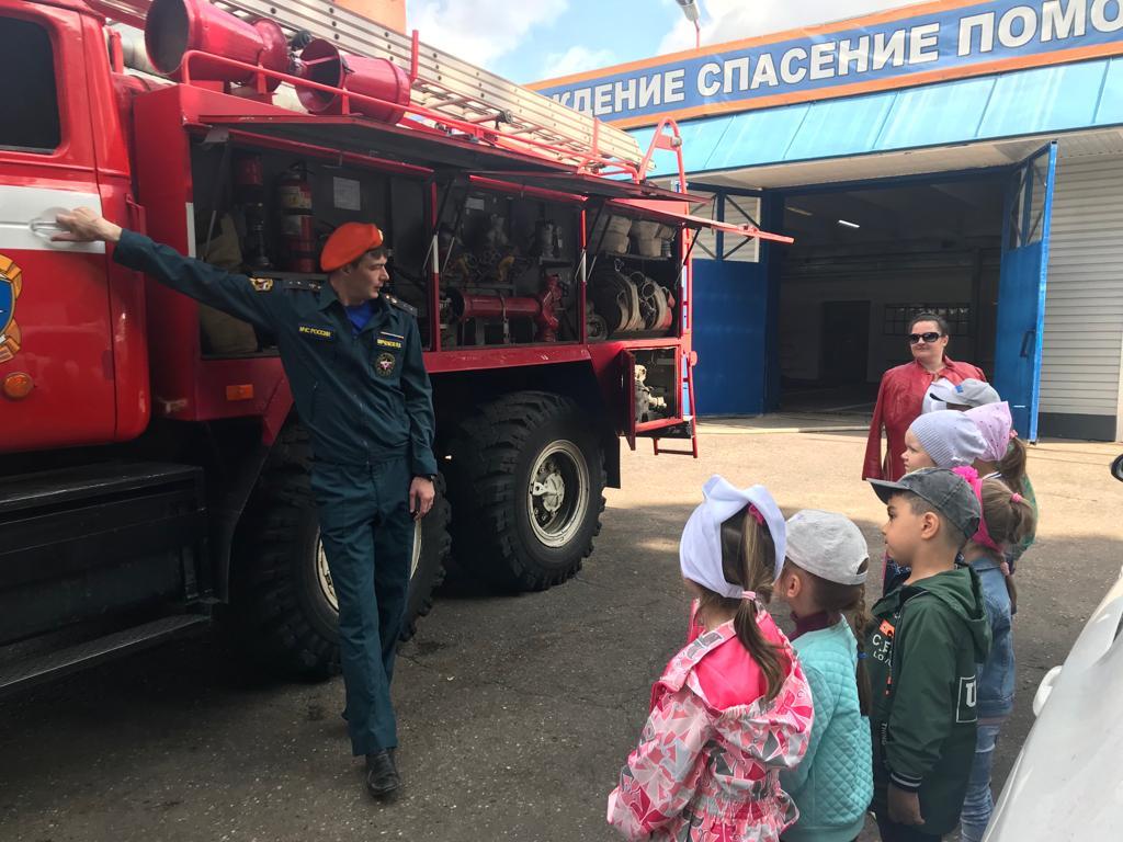 Дошколята с радостью в гостях у пожарных Коммунарки