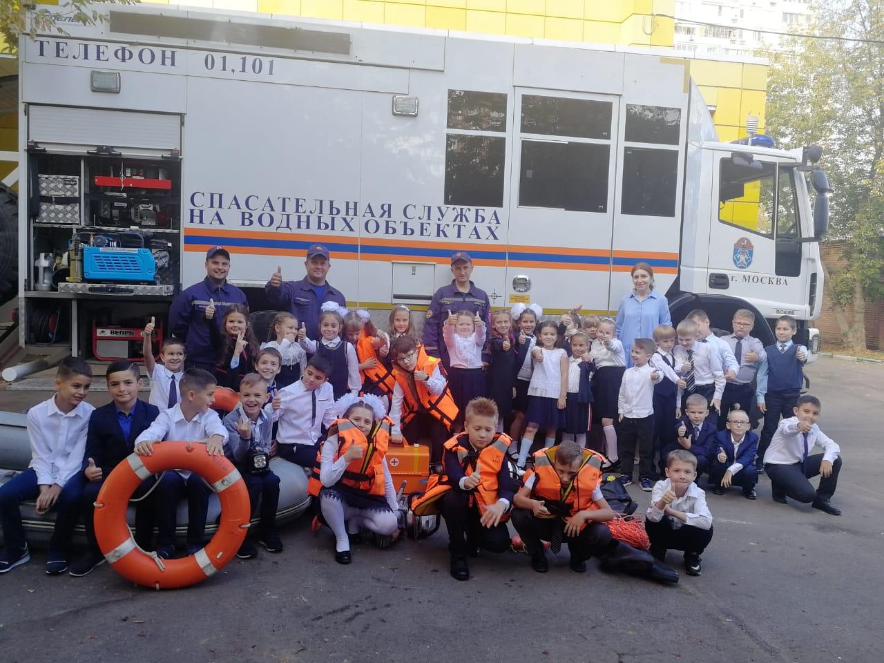 Столичные пожарные и спасатели в День знаний поздравили школьников и провели открытые уроки по безопасности