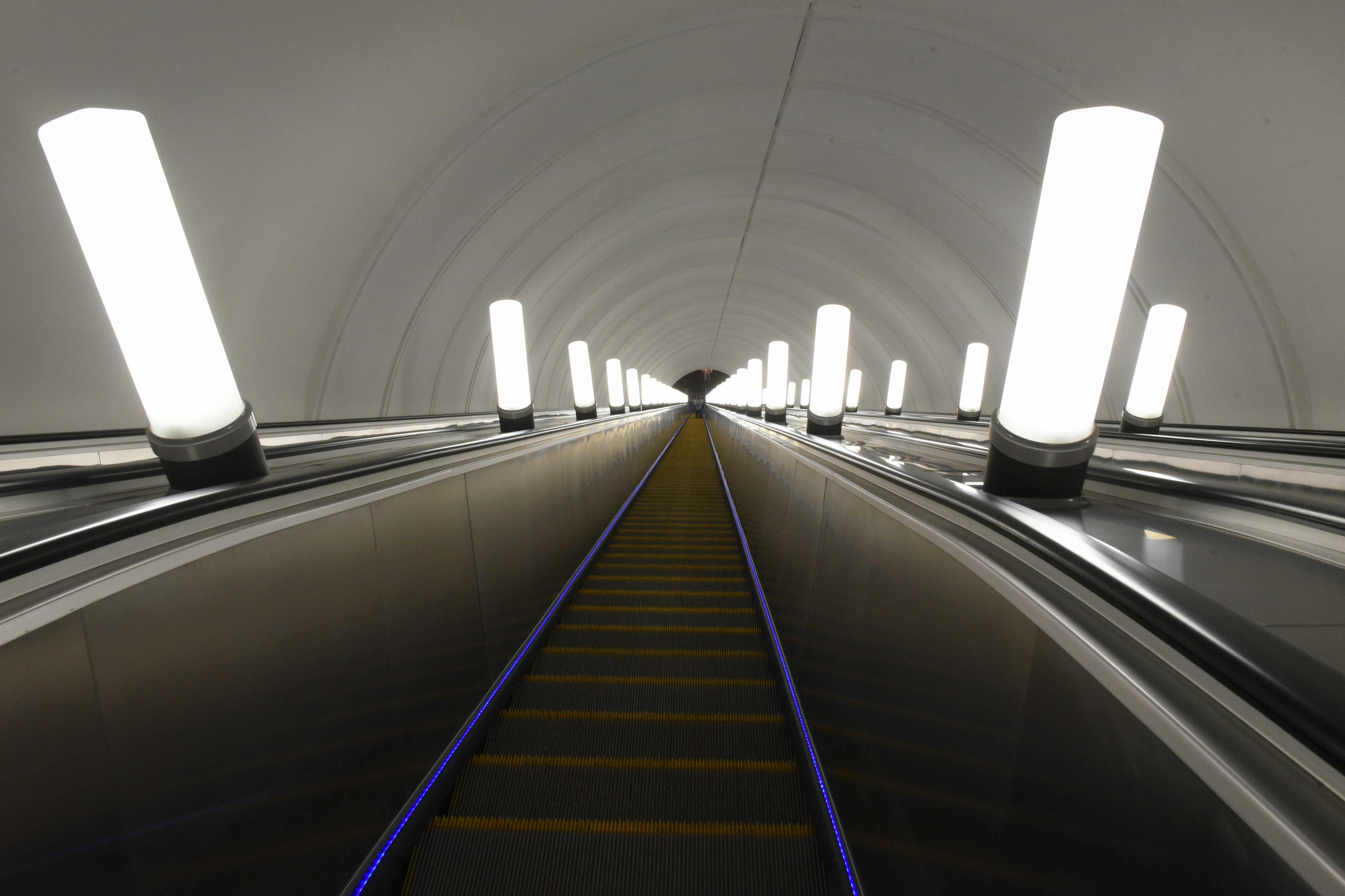 На станции московского метро «Авиамоторная» установили эскалаторы