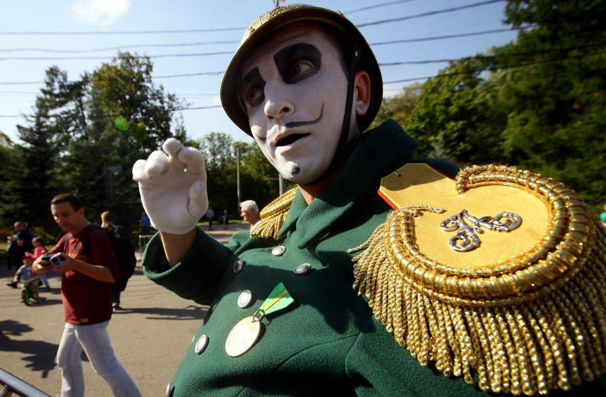 Клоуны будут смешить москвичей на Бульварном кольце до вечера.Фото: архив, «Вечерняя Москва»