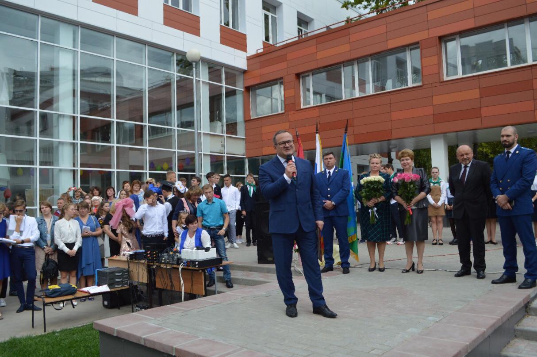 Свыше 6, 5 тысячи учеников посетили торжественную линейку в Троицке. Фото: пресс-служба Префектура ТиНАО