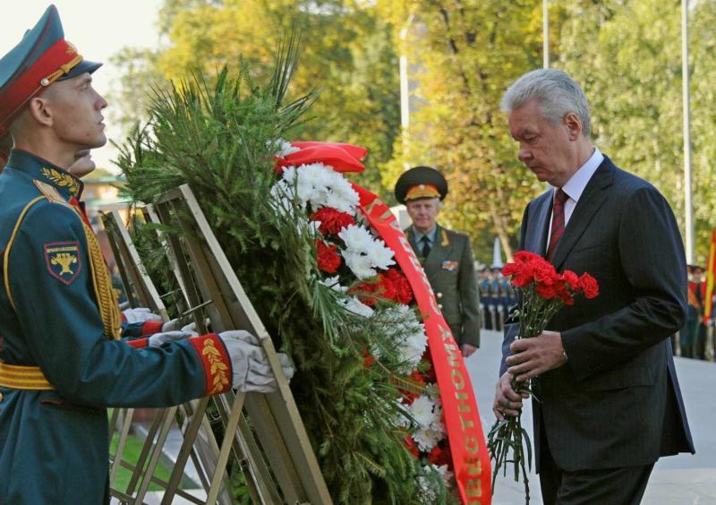 Собянин возложил цветы к Могиле Неизвестного солдата в День города
