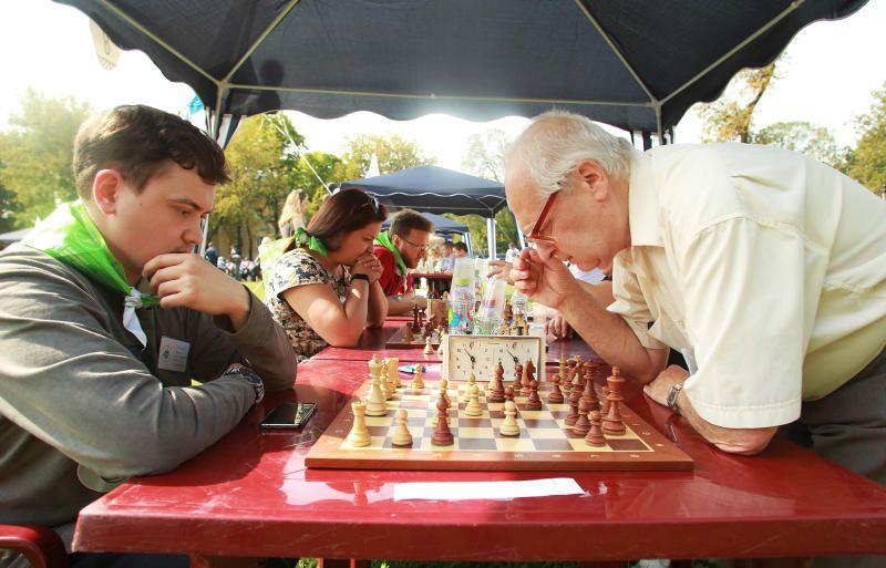 Жители Московского сыграют в шашки и шахматы