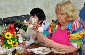 Гостья фестиваля готовит «сладкий букет» на мастер-классе «Мармеладное счастье». Фото: Анна Быкова