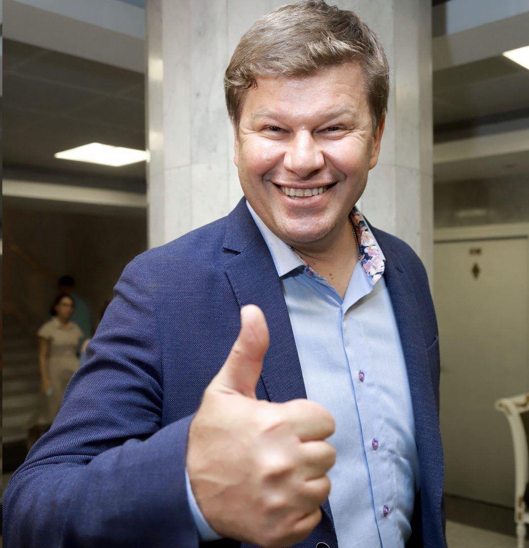 Спортивный комментатор Дмитрий Губерниев считает, что лучше улыбаться, чем грустить по пустякам. Фото: PERSONA STARS