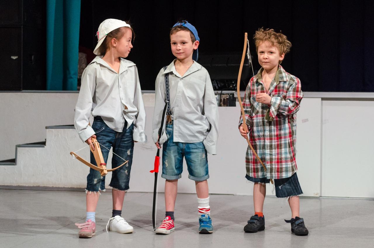 Трио из самых младших актеров труппы. Фото: Фото: официальная страница Центра «МоСТ» в социальных сетях