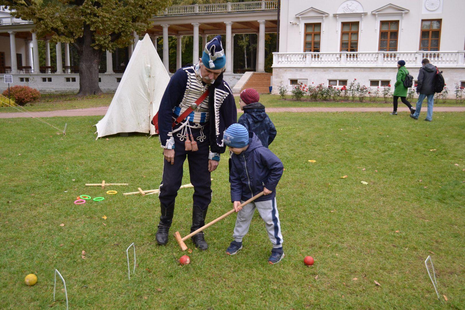 Детям на фестивале предложили сыграть в крокет. Фото: Алина Берестова