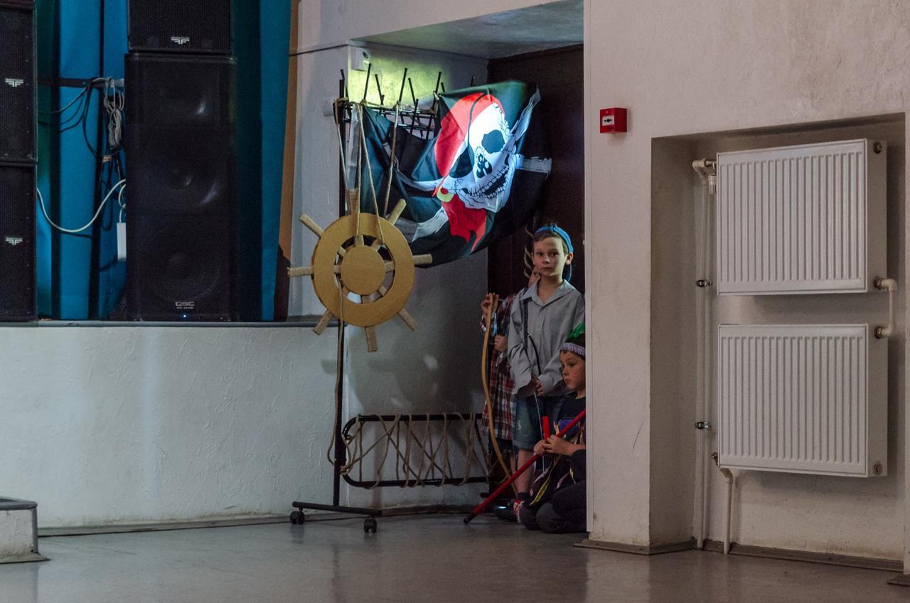 Дети нетерпеливо ждут своего выхода. Самым юным актерам пять лет. Фото: Фото: официальная страница Центра «МоСТ» в социальных сетях