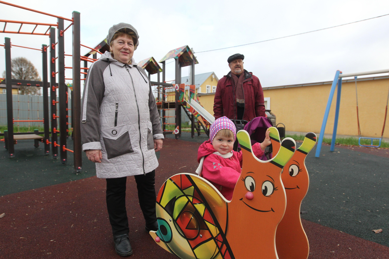 22 октября 2019 года. Ирина и Александр Кондрашевы с внучкой Викторией часто гуляют на новой детской площадке