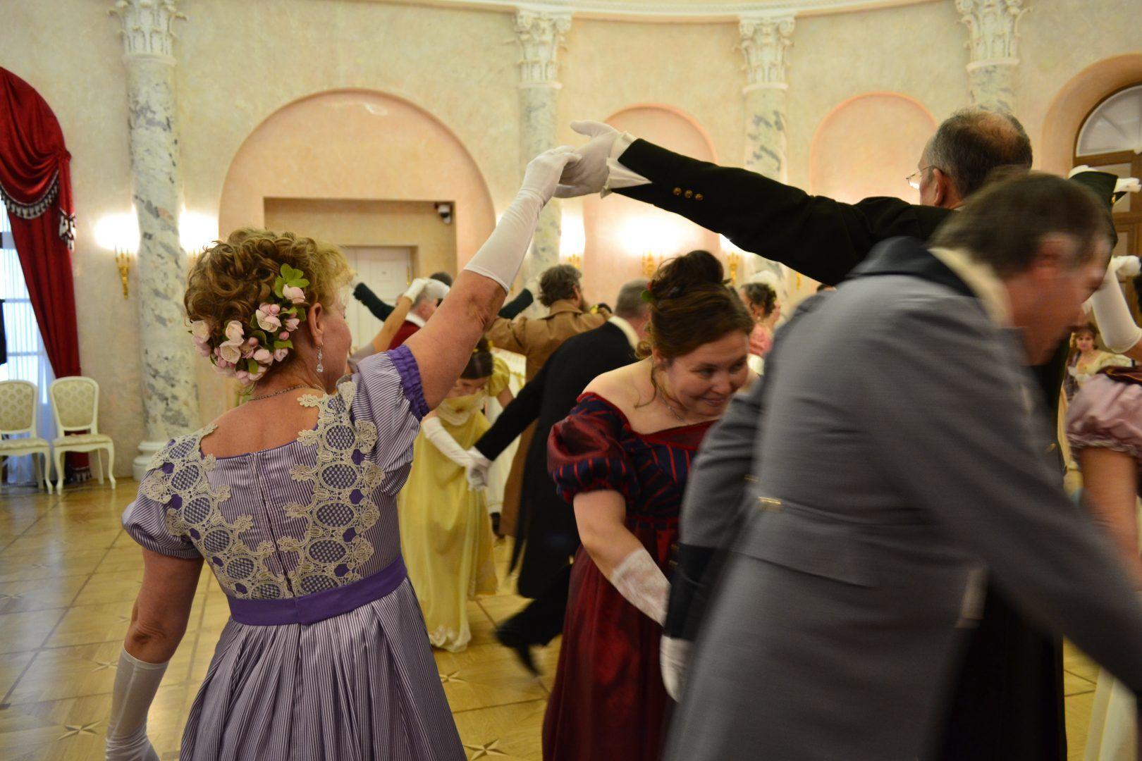 Танцевальные игры заставили участников бала забыть о заботах. Фото: Алина Берестова