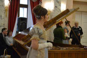 Ведущая бала Алина Добрынина напоминает гостям движения танцев. Фото: Алина Берестова