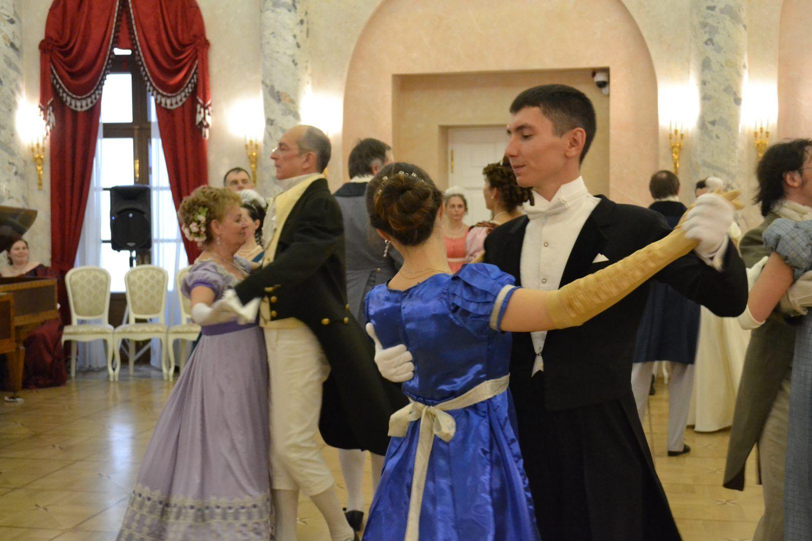 Гости бала исполнили танцы в Овальном зале музея-усадьбы. Фото: Алина Берестова