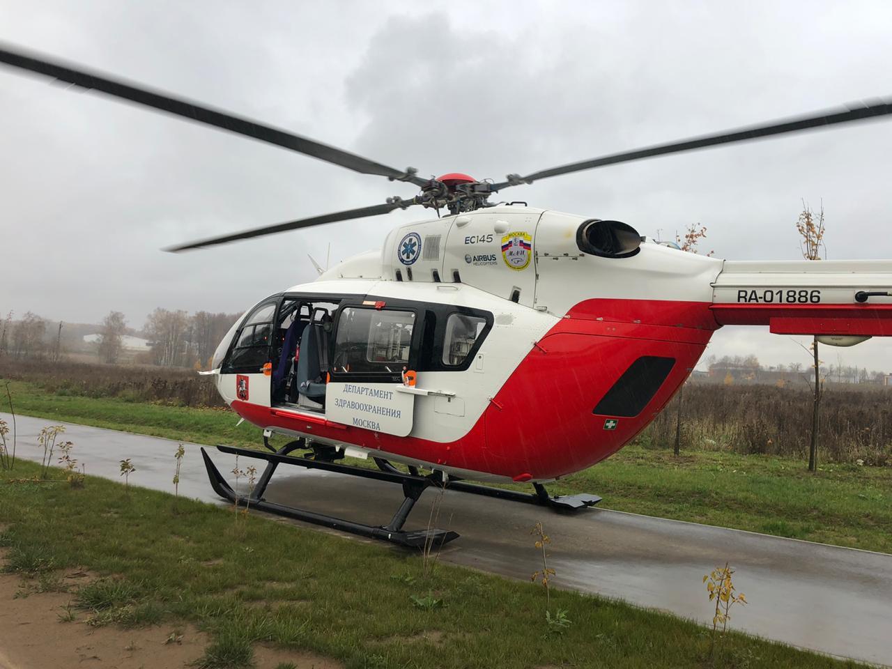Экипаж дежурного санитарного вертолета Московского авиационного центра вылетел для спасения людей