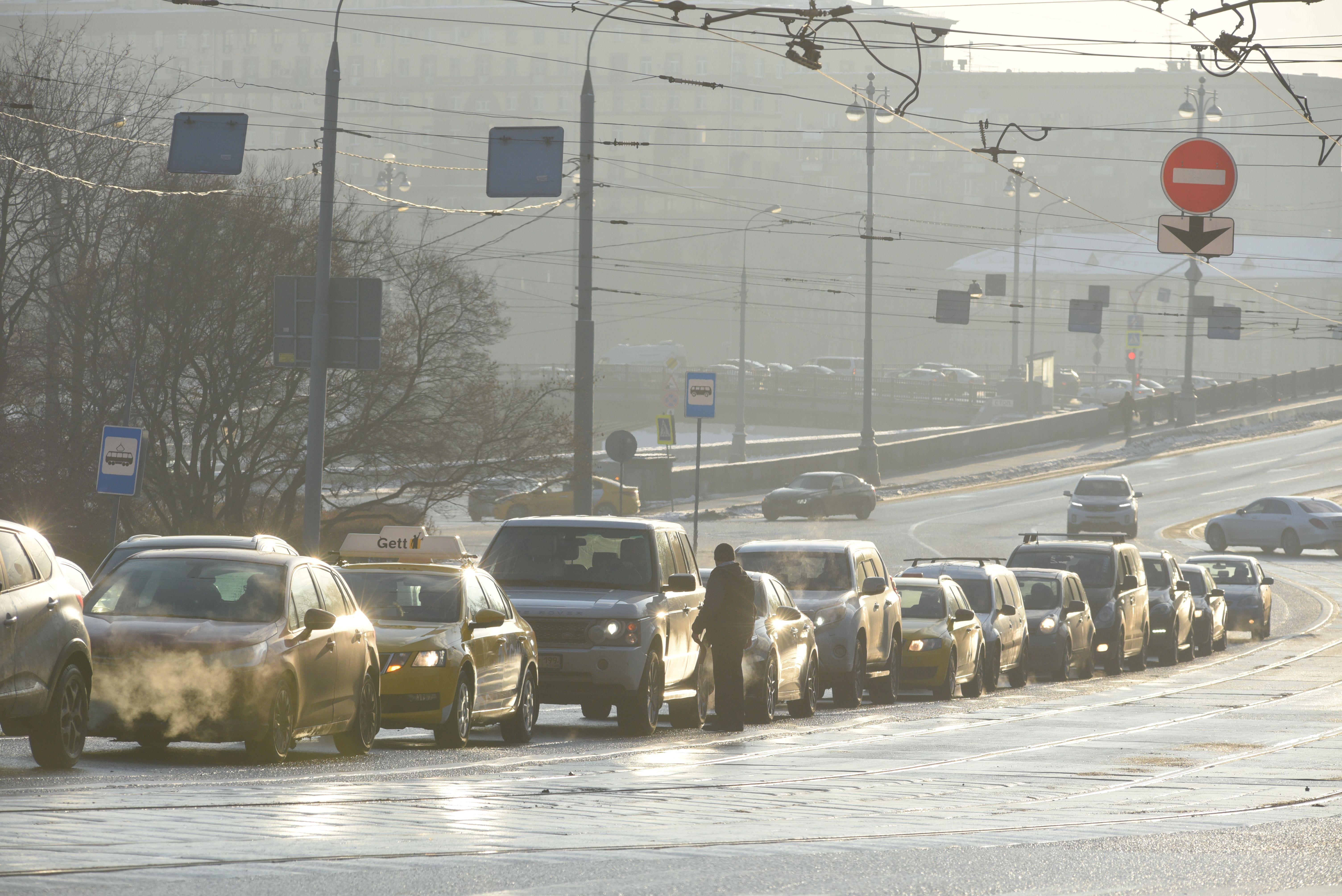 Московских водители призвали к осторожности из-за скользких дорог