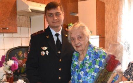 Сотрудники полиции УВД по ТиНАО поздравили с днем рождения ветерана органов внутренних дел