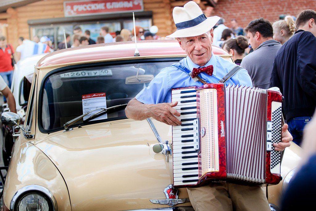 Сергей Ларионов исполняет песни на выставке ретро автомобилей. Фото из личного архива общественного деятеля