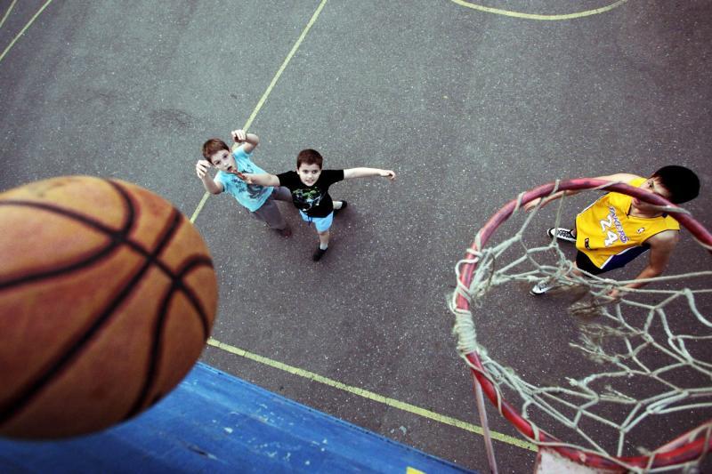 По завершении фестиваля участники получили памятные статуэтки «Баскетбол». Фото: архив