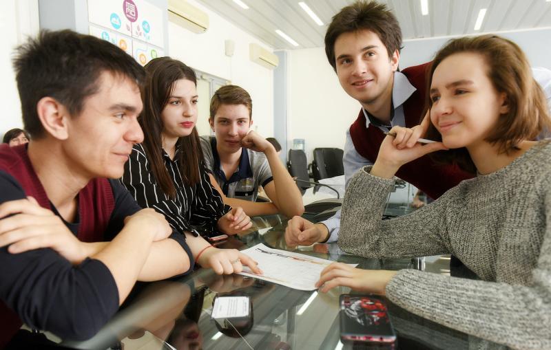 Блогеры провели уроки московским школьникам накануне Дня учителя. Фото: Александр Кожохин, «Вечерняя Москва»