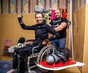 Путешественник тестирует подводную коляску. Фото из личного архива Игоря Скикевича