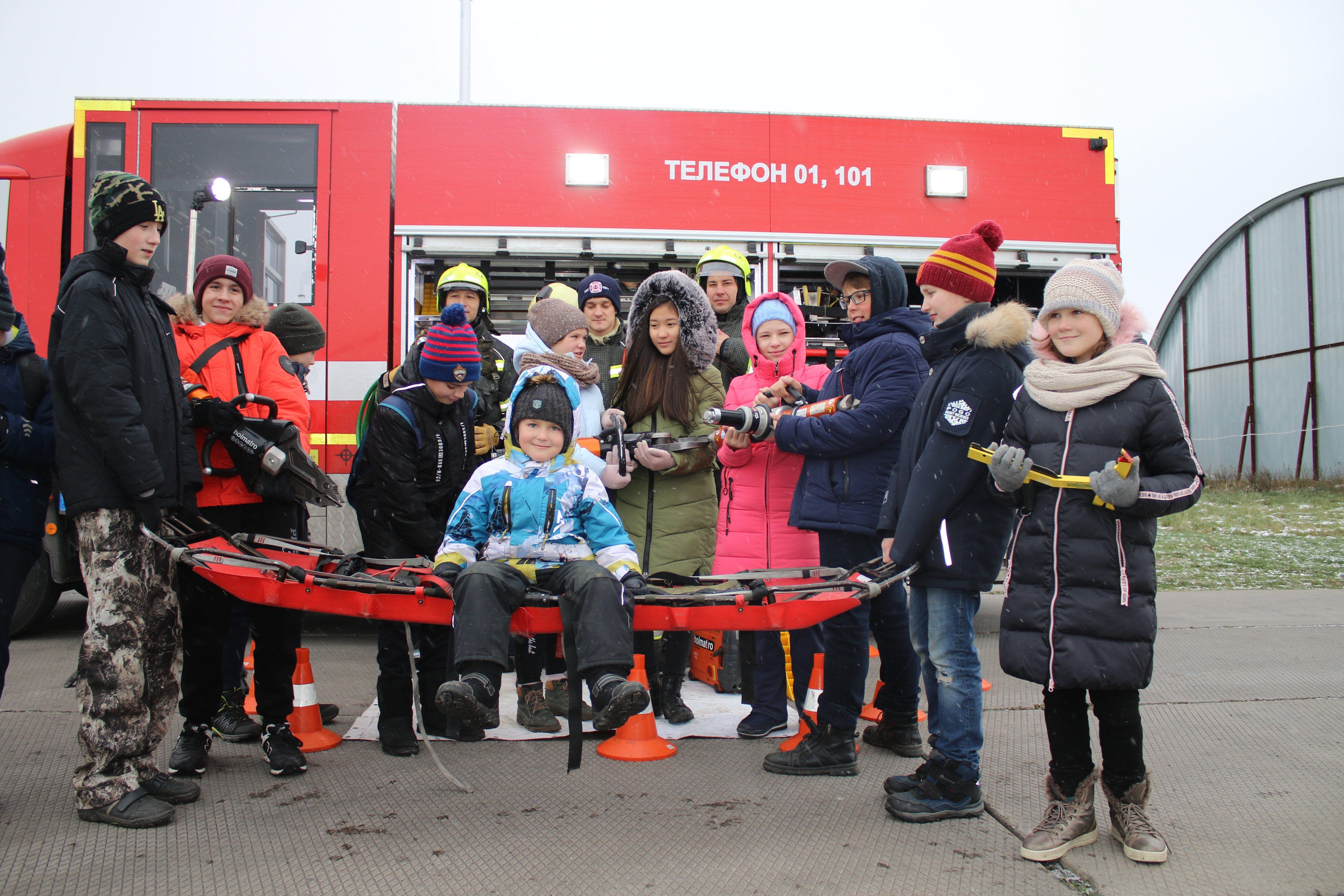 Растим кадры смолоду: пилоты и спасатели Московского авиацентра провели экскурсию на аэродроме Остафьево. Фото: пресс-служба Управления поТиНАОДепартаментаГОЧСиПБ