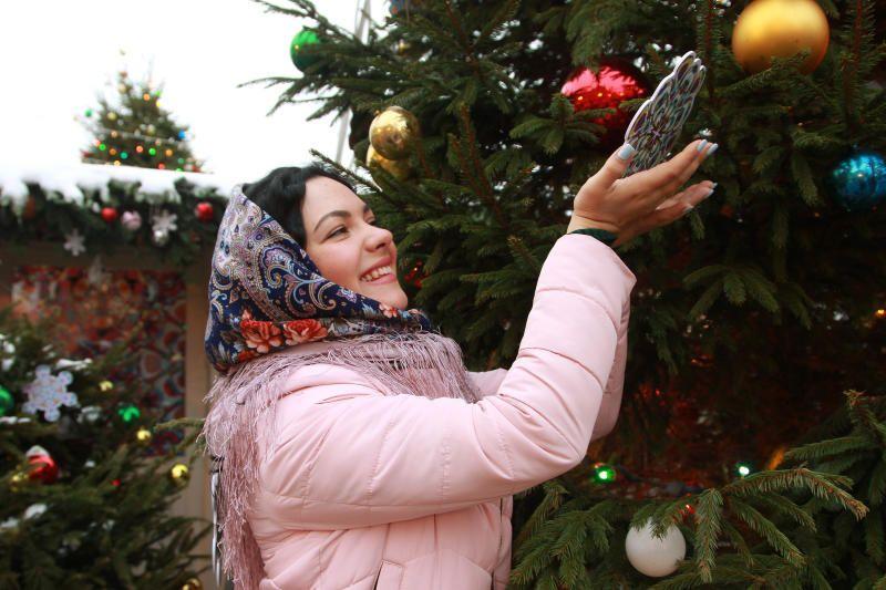 Москвичи нарядят елку детства