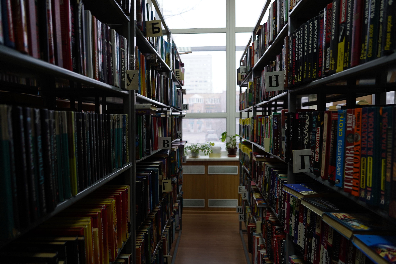 Книжную выставку о писателе Юрии Полякове показали в Троицкой библиотеке №1 имени Михайловых