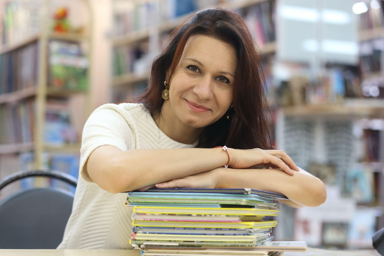 Ольга Баранова организовывает для читателей библиотеки № 259 разные мероприятия и встречи тематических клубов. Фото: Виктор Хабаров
