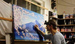 Игорь Скикевич рисует гору Фудзияма. Фото из личного архива Игоря Скикевича