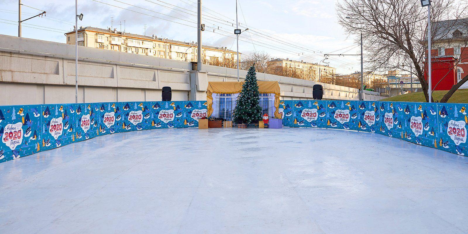 Бесплатный каток открыли около станций метро в Москве
