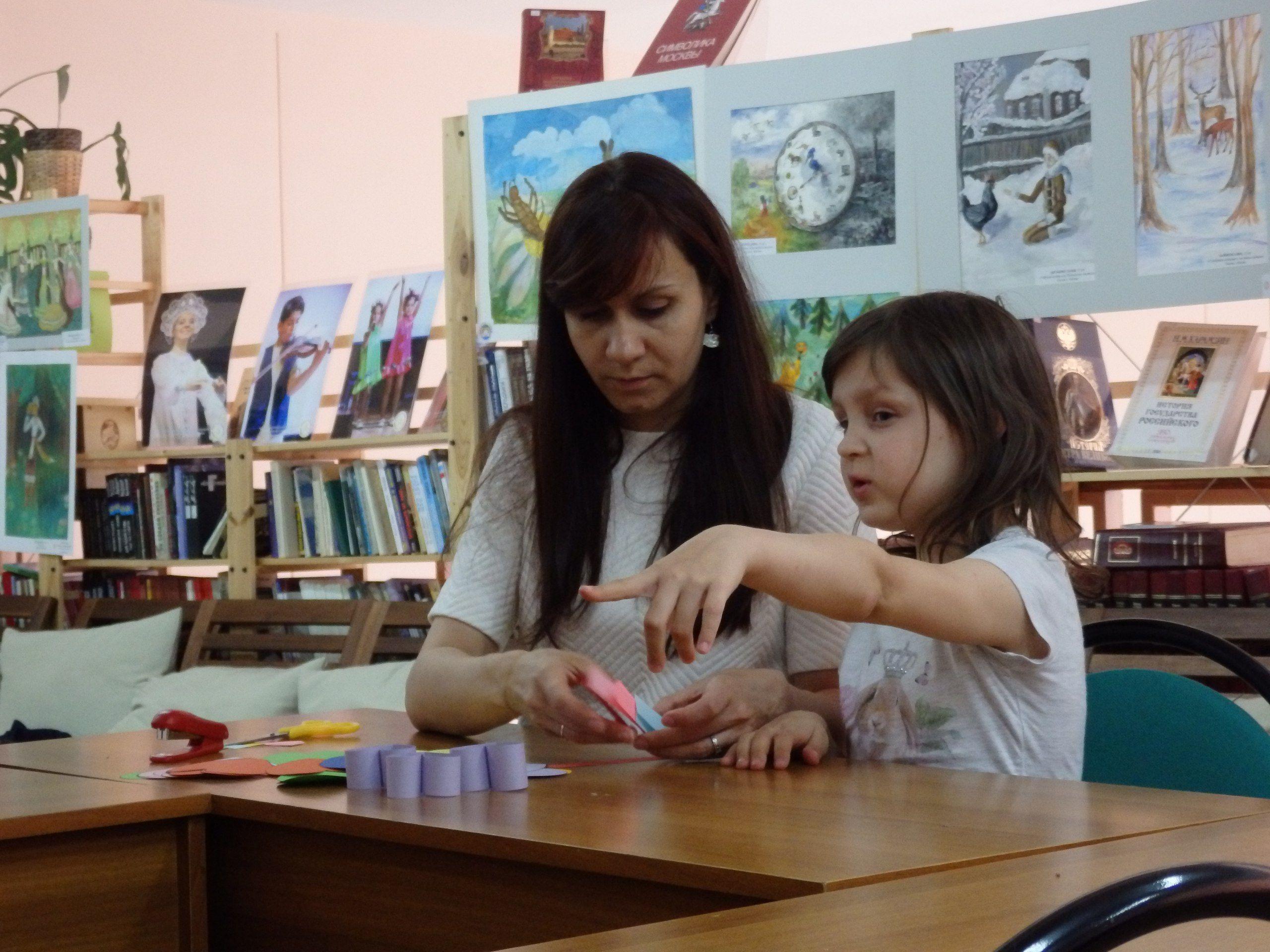Ольга Баранова занимается с участником конкурса. Фото: официальная страница библиотеки №259 в социальных сетях.