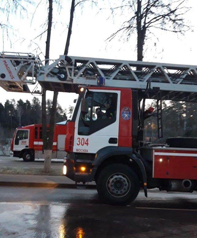 Пять человек спасли на пожаре московские огнеборцы в ТиНАО